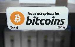 A sign in French that reads: 'We accept bitcoins'
